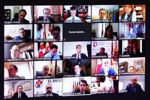 Captura de pantalla de la reunión de la Junta de Castilla y León con alcaldes de ciudades de la Comunidad y presidentes de diputaciones.