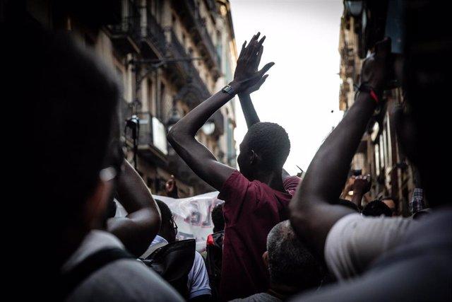 Uno de los migrantes que se concentraron en la Barceloneta y la Via Laietana de la capital de Cataluña contra el 'racismo institucional' del Ayuntamiento.