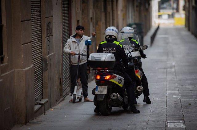 Control de la Guàrdia Urbana de Barcelona durant el primer dia laborable de la segona setmana des que es va decretar l'estat d'alarma al país a conseqüència del coronavirus, a Barcelona/Catalunya (Espanya) a 23 de març de 2020.