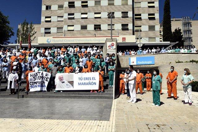 Profesionales sanitarios del  Hospital Gregorio Marañón guardan un minuto de silencio en homenaje al médico especialista en nefrología e investigador del centro Alberto Tejedor, que ha fallecido a causa de coronavirus.