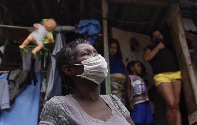Mujer con mascarilla en la favela de Santa Marta en Río de Janeiro, en Brasil