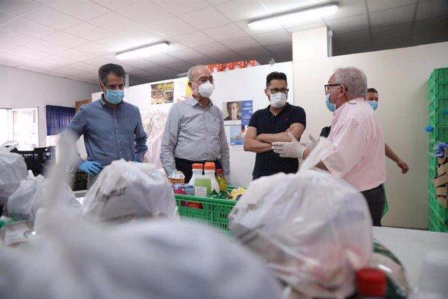 El alcalde de Málaga, Francisco de la Torre, durante su visita a las dependencias de la Asociación Amigos Malagueños de Familias de Rehabilitados y Marginados