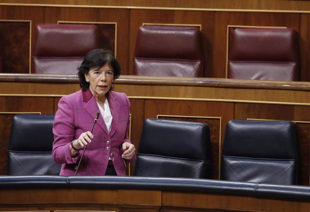 La ministra de Educación, Isabel Celaá, durante el Pleno del Congreso