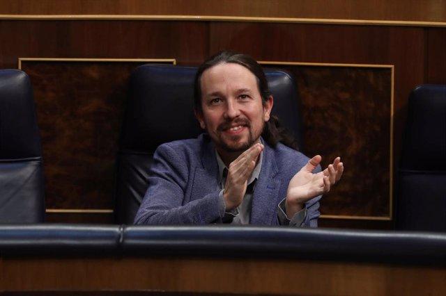 El vicepresidente segundo del Gobierno, Pablo Iglesias, aplaude durante el pleno del Congreso