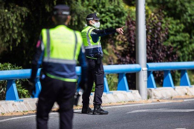 Dos agentes de la Policía Municipal de Madrid en un control policial en una de las salidas de la autopista de la M-30 durante la desescalada por el COVID-19