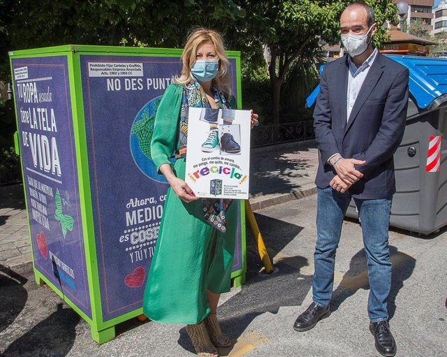 Presentación de nuevos contenedores para el reciclaje de ropa