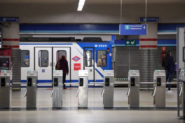 Torniquetes y vagón en la estación de metro de Atocha