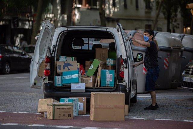 Un repartidor descarga el material de una furgoneta durante el día 45 del estado de alarma decretado por el Gobierno por la pandemia del Covid-19, en Barcelona/Catalunya (España) a 28 de abril de 2020.
