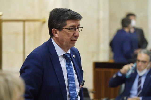 El vicepresidente y consejero de Turismo, Regeneración, Justicia y Administración Local, Juan Marín, en el Pleno del Parlamento