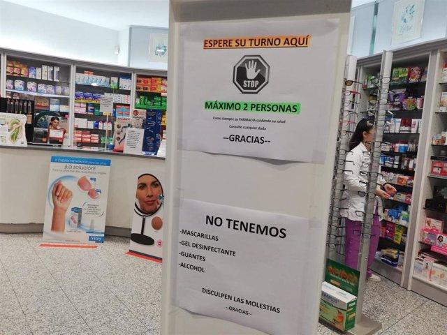 Una farmacia de Palma, con un cartel advirtiendo de la falta de mascarillas, gel, guantes y alcohol, durante el estado de alarma.