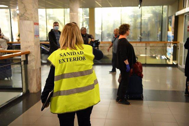 Sanidad exterior ha desplazado funcionarios para velar por el cumplimento de las normas anticontagio durante la llegada de turistas procedentes en su mayoría de Marruecos, que esperan para embarcar en los barcos que se han habilitado.