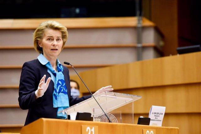 HANDOUT - 13 May 2020, Belgium, Brussels: European Commission President Ursula von der Leyen (C)