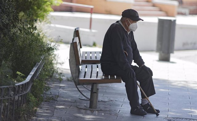 Un hombre por la calle protegido con mascarillas tras el anuncio realizado por el Gobierno, quien ha fijado que la utilización de cualquier tipo de mascarillas sea obligatorio a partir de mañana en la vía pública, en espacios al aire libre y en cualquier