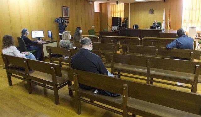 Primer juicio íntegramente telemático celebrado en Galicia durante el estado de alarma por la pandemia de coronavirus, en el juzgado de lo Social 2 de Vigo. Al fondo el juez, Germán Serrano, y en los bancos, varios periodistas.