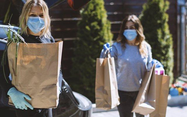 Tiempos de pandemia de compras, mascarilla y guantes.  .