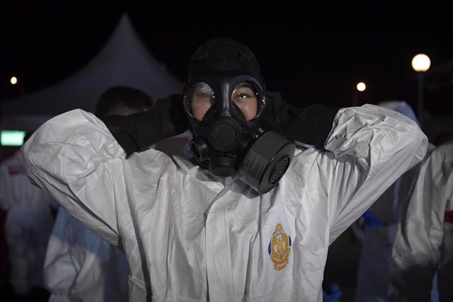 Imagen de archivo de una trabajadora sanitaria con su equipo de protección.