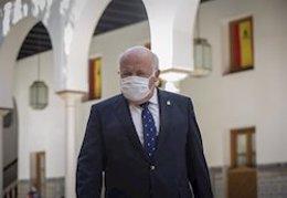 El consejero de Salud, Jesús Aguirre, este jueves por los pasillos del Parlamento.