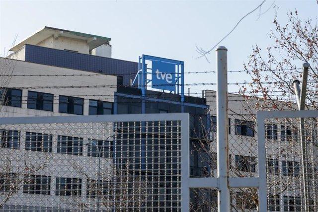 Logotipo de Televisión Española en la sede de RTVE en Prado del Rey, Madrid (España).