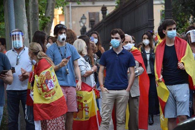 Personas Con Banderas Españolas Se Han Concentrado En El Barrio De La Bonanova De Barcelona