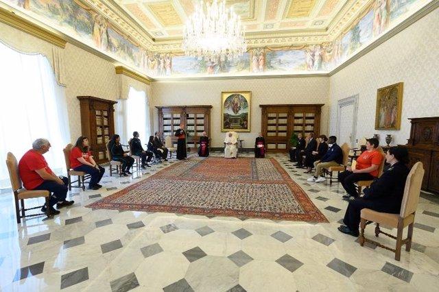 Coronavirus.- El Papa retoma la agenda pública sin mascarilla pero respetando la