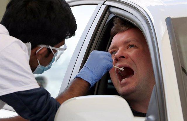 Un médico extrae una muestra de una persona en Escocia.