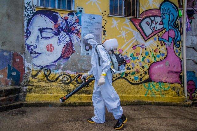 Un voluntario durante las albores de desinfección y limpieza de la favela de Santa Marta, en el sur de Río de Janeiro.