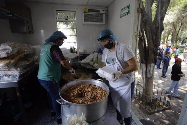 Voluntarios preparan comida para los familiares de pacientes ingresados por la COVID-19 en el Hospital General de Ciudad de México.