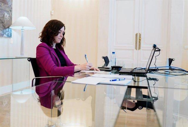 La presidenta de la Comunidad de Madrid, Isabel Díaz Ayuso, en una reunión de trabajo en Sol