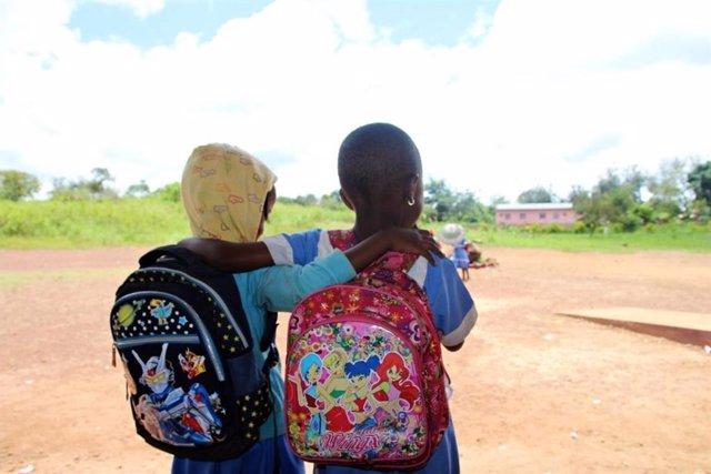 Dos amigas abrazadas de espaldas
