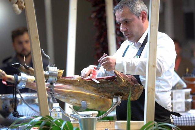 Un hombre corta jamón, en Madrid