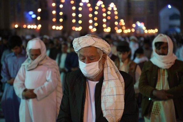 Personas con mascarilla en una mezquita de Herat, Afganistán