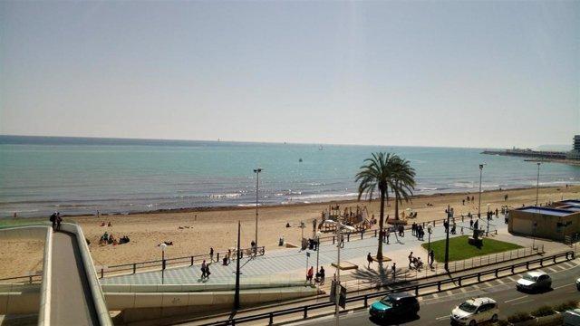 Playa urbana de El Postiguet en Alicante.