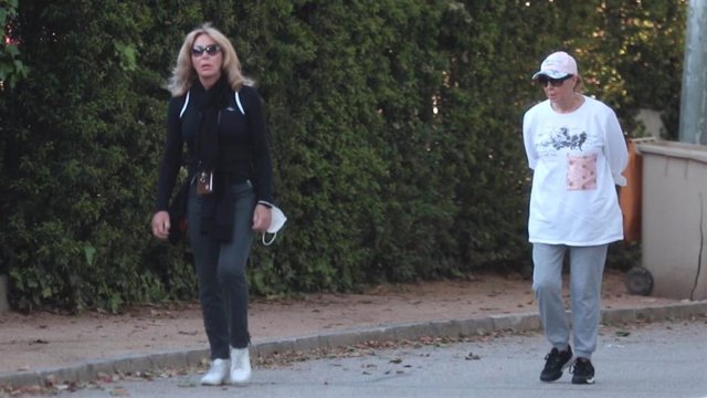 Norma Duval sale a pasear cerca de su domicilio