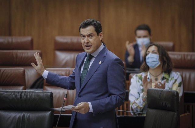 El presidente de la Junta de Andalucía, Juanma Moreno (c) responde a la preguntas del grupo parlamentario socialista, durante la sesión de control al gobierno. En el Parlamento de Andalucía (Sevilla, Andalucía), a 20 de mayo de 2020.