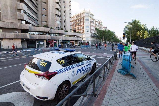 La Policía Municipal de Madrid vigila el cumplimiento de las normas del estado de alarma.