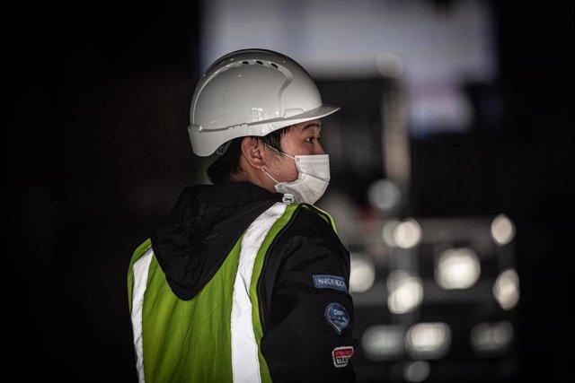 Un trabajador con mascarilla.
