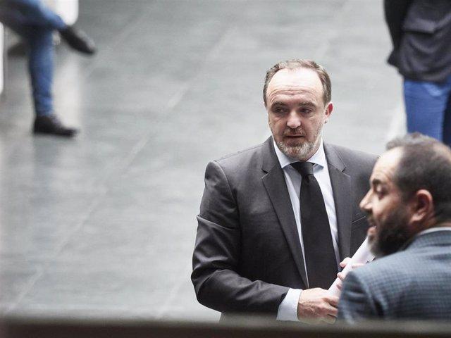 El portavozde Navarra Suma Javier Esparza(i), y el portavoz del PSN, Ramón Alzórriz, en el Parlamento de Navarra antes de asistir a una sesión plenaria durante el estado de alarma por el coronavirus.