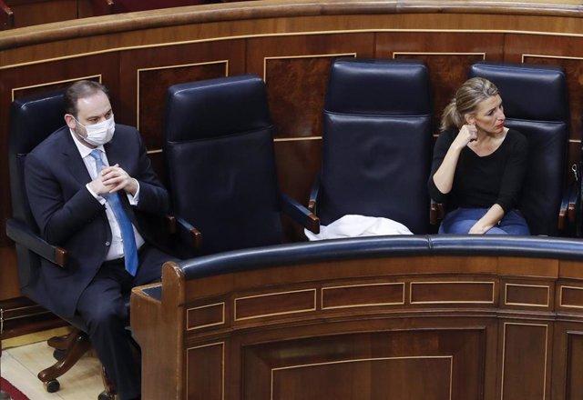 La ministra de Trabajo, Yolanda Díaz, y el ministro de Transportes, José Luis Ábalos, durante el pleno del Congreso que debate y vota este miércoles la quinta prórroga del estado de alarma, en Madrid (España), a 20 de mayo de 2020.