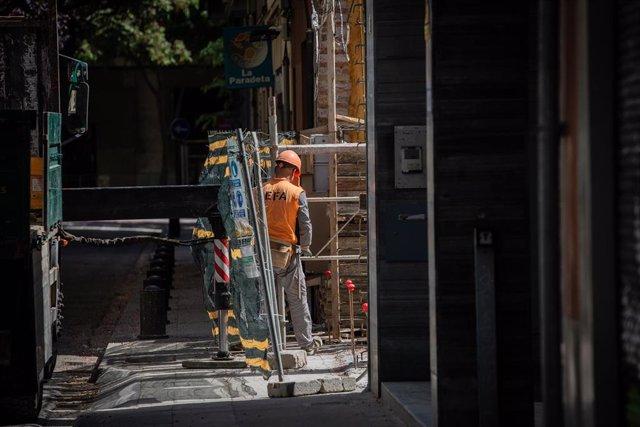 Un operario trabaja en la obra de un edificio