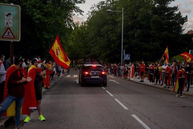 Una multitud se concentra en la Plaza de España de Pozuelo de Alarcón en contra del Gobierno de Pedro Sánchez
