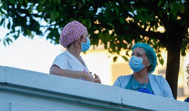 Sanitarios del Hospital Virgen del Rocío, después del aplauden a los taxistas en homenajea a Francisco José Ortega, primer taxista muerto por coronavirus en Sevilla a 02 de abril 2020