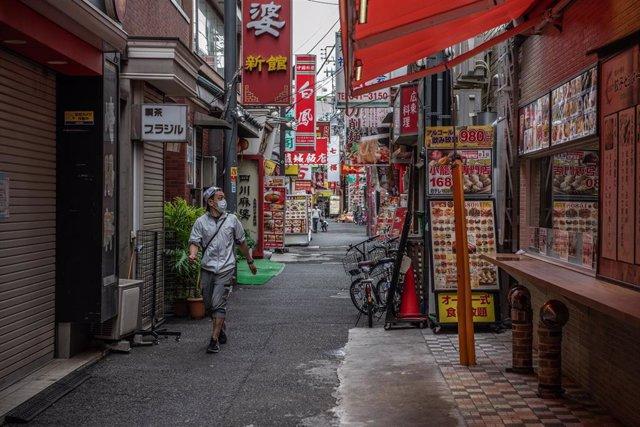 Un hombre con mascarilla en Yokohama