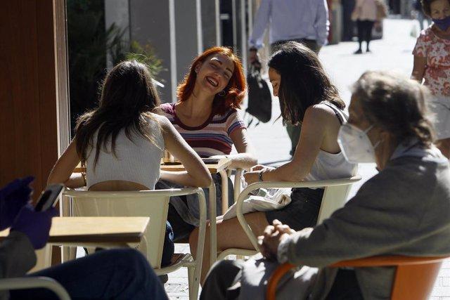 Clientes en una terraza de Palma en el primer día de la fase 1.