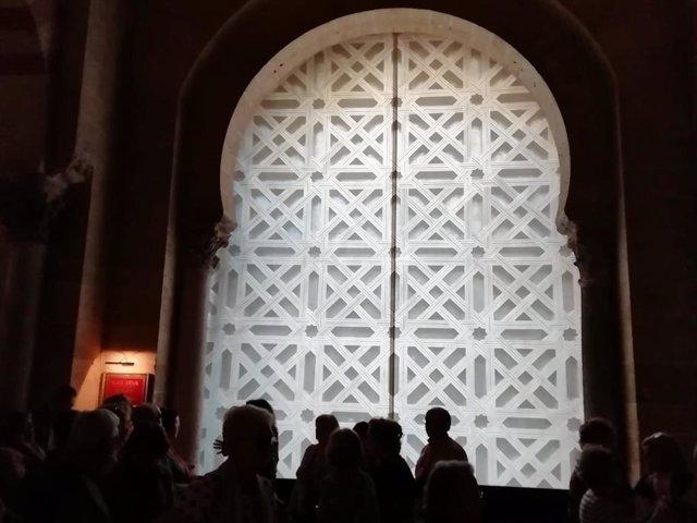 Interior de la segunda puerta de la Mezquita de Córdoba, cubierta por una lona con la imagen de la celosia retirada.