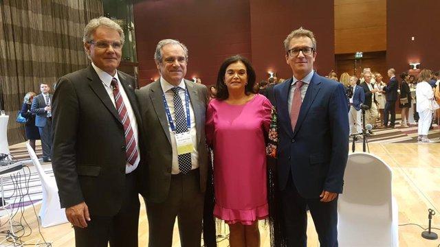 De izq a der: Dominique Jordan, presidente de FIP,; Jesús Aguilar, preisdente del Consejo General de Farmacéuticso; Carmen Peña, expresidenta de FIP; y el embajador de España en Emiratos Árabes Unidos, Antonio Álvarez.