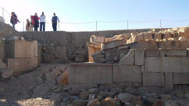 Varias personas observan la muralla norte del yacimiento ibero-romano de Castulo/Archivo
