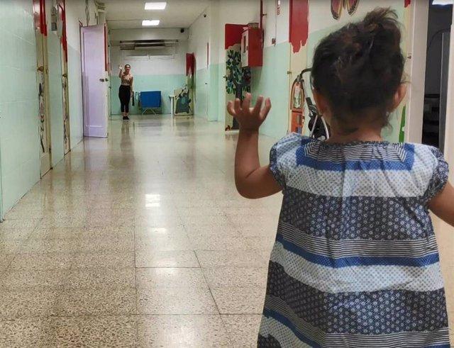 Una mujer y una niña en el departamento de madres de la prisión de mujeres de Barcelona Wad-Ras.