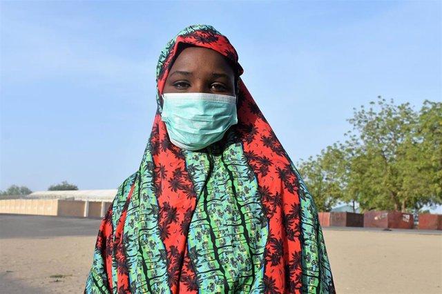 Una adolescente con mascarilla en Nigeria