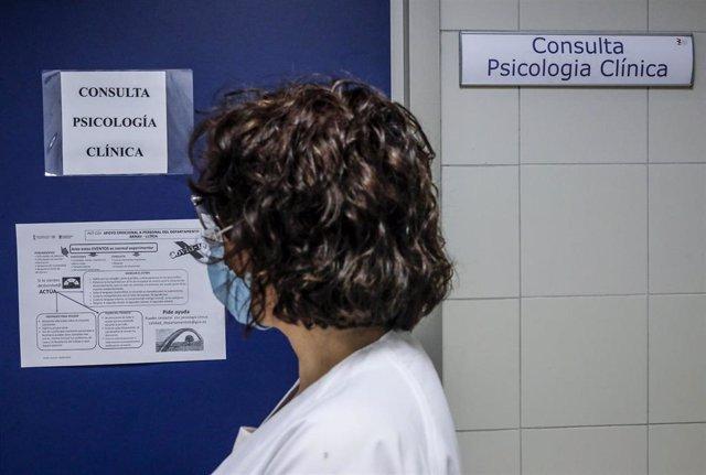 Una trabajadora sanitaria pasa al lado de la Consulta de Psicología Clínica del Hospital Arnau de Vilanova donde hay pacientes infectados con Covid-19, en Valencia, Comunidad Valenciana, (España), a 24 de abril de 2020.