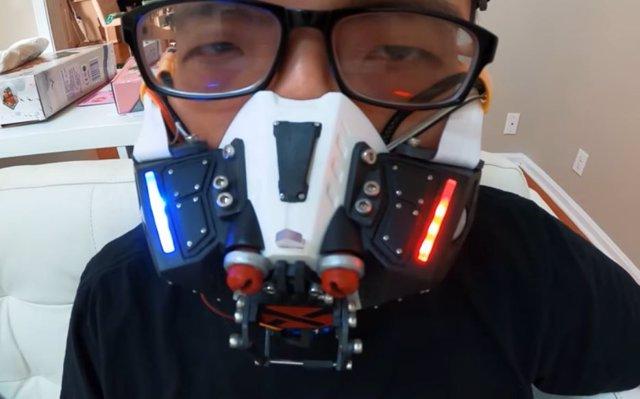 Un youtuber crea una mascarilla que se cierra al detectar a una persona cerca